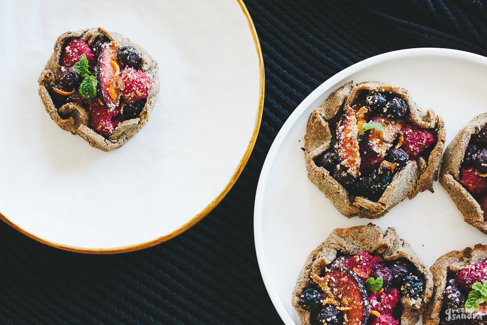 Galettes sin gluten de ciruelas y frutos rojos