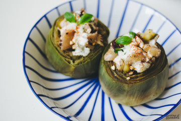 Alcachofas rellenas de setas maceradas, pickles, olivas y alioli de sésamo