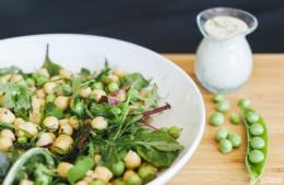 Garbanzos de verano con hojas verdes, guisantes y salsa tahini